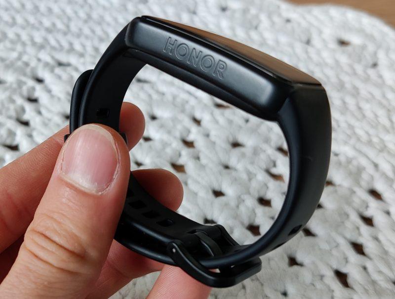 Honor-logo koristaa kellotaulun vasenta laitaa. Oikealla laidalla on yksi toimintopainike.