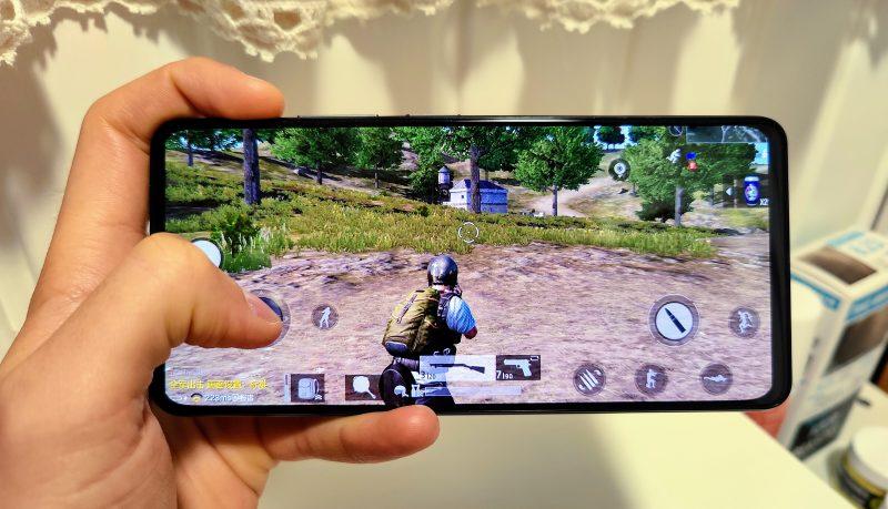 Xiaomi Mi 11i:n suorituskyky on huippuluokkaa. Puhelin lämpenee pelatessa jonkin verran.