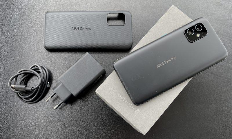 ZenFone 8:n myyntipakkauksessa mukana tulee 30 watin laturi, kaapeli ja muovinen suojakuori.