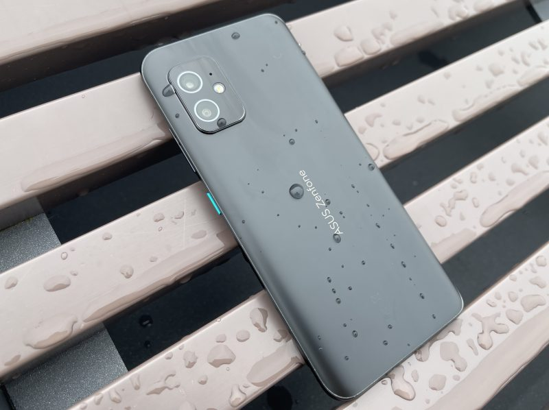 ZenFone 8 on IP68-luokitellusti myös vedenkestävä. Pienet vesiroiskeet eivät upotuskestävää puhelinta siis haittaa.