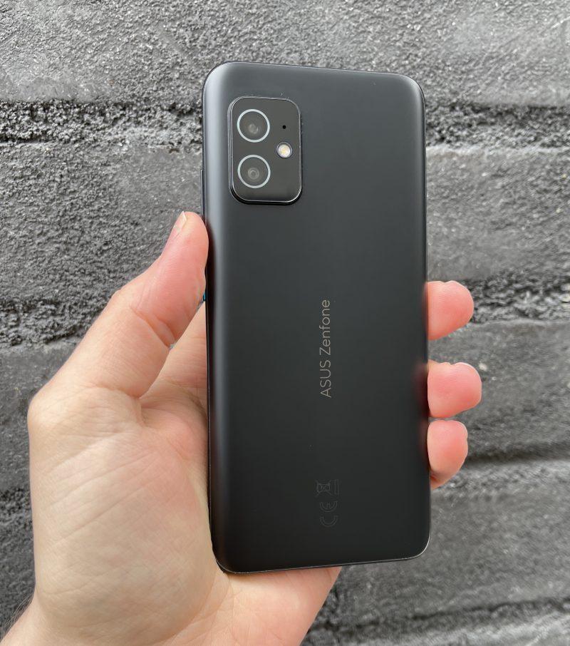 ZenFone 8 on erinomainen kompakti Android-huippupuhelin.