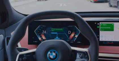 Android Auton Google Maps BMW:n mittaristonäkymän keskellä.