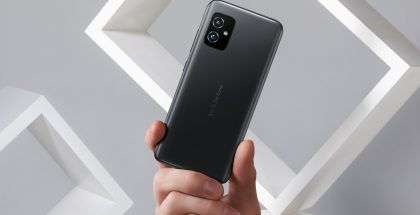 ZenFone 8 kädessä.