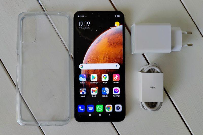 Myyntipakkaus sisältää Redmi Note 10 5G:n lisäksi laturin muuntajineen ja silikonisuojan.