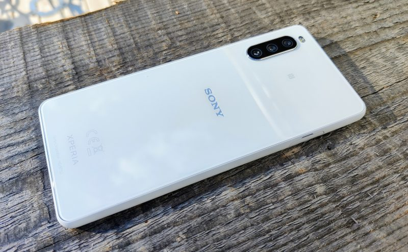 Valkea Xperia 10 III näyttää puhtaalta ja raikkaalta. Puhelin on lasia edestä ja takaa.Valkea Xperia 10 III näyttää puhtaalta ja raikkaalta. Puhelin on lasia edestä ja takaa.
