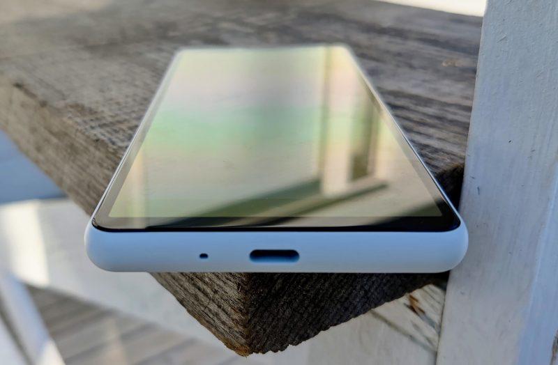 Alalaidassa on USB-C-liitäntä, ylhäällä taas 3,5 millimetrin kuulokepaikka. Ainut kaiutin on näytön alareunuksessa.