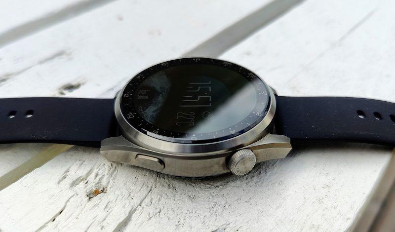 Laatutuntuma on molemmilla kelloilla huippuluokkaa. Watch 3 Pron runko on titaania.