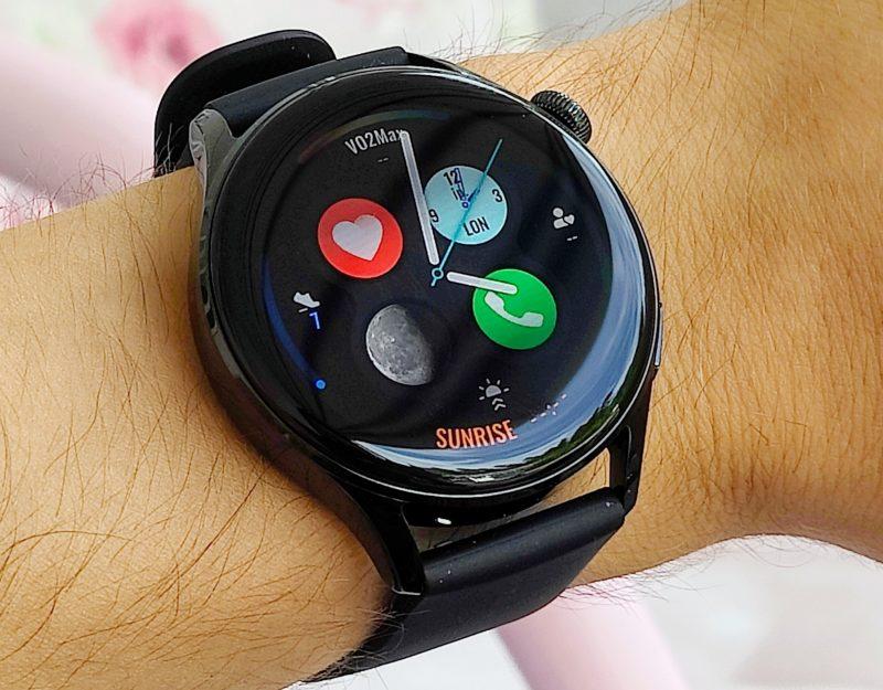 Hieman sitompi Watch 3 istuu ohuempaankin ranteeseen. Näyttö on silti samankokoinen kuin Pro-mallissa.