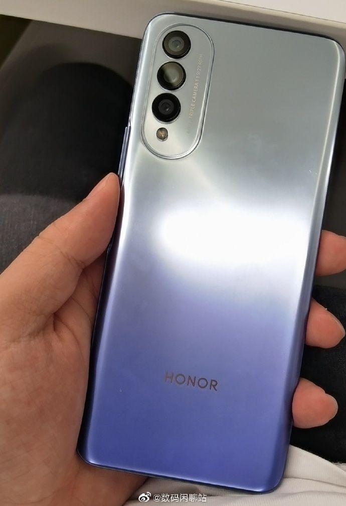 Honor X20 tai X20 SE aiemmassa vuotokuvassa sinihopeana.