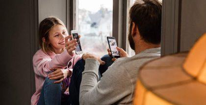 Monille lapsille hankitaan kesällä ensimmäinen puhelin. Kuva: Telia.