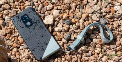 Taottu vihreä -väriversiossa Motorola Defyn alakulma ja kantohihna ovat vaaleammat.