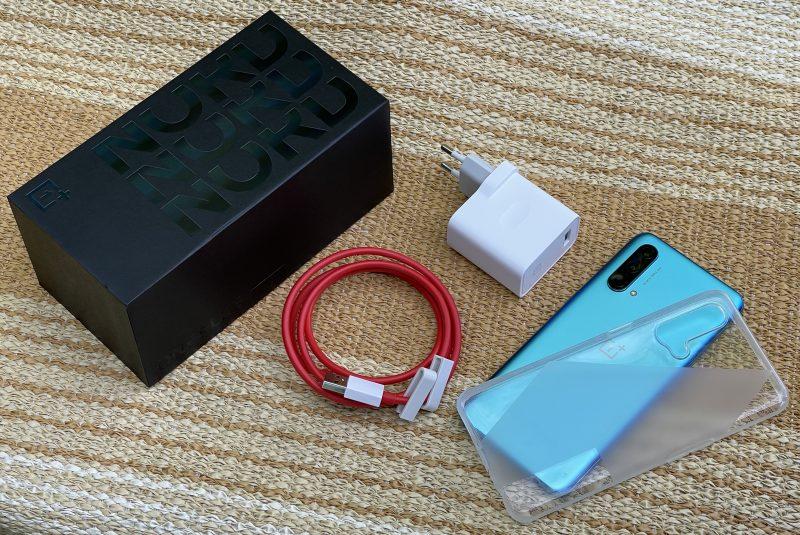 OnePlus Nord CE 5G:n mukana tulee Warp Charge 30T -laturi, USB-A-USB-C-kaapeli ja läpinäkyvä suojakuori.
