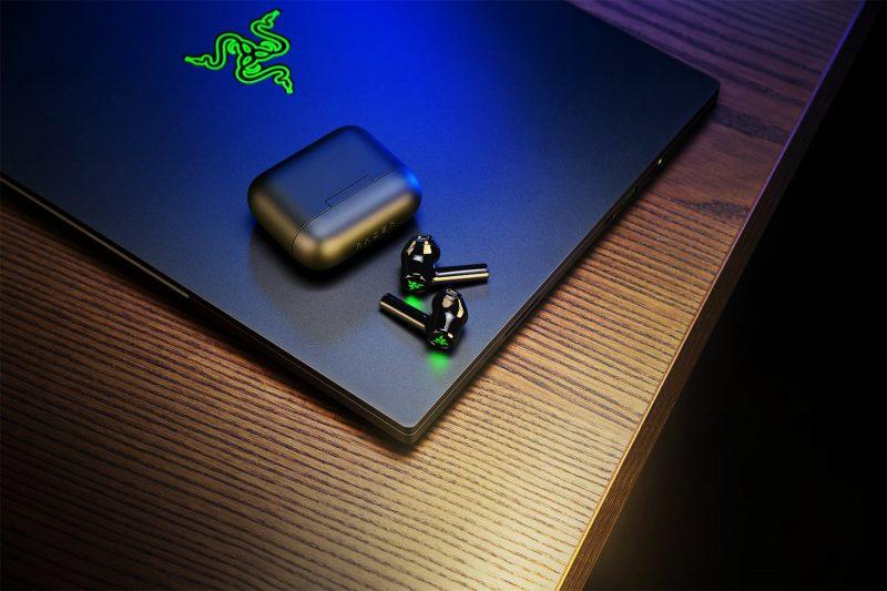 Razer Hammerhead True Wireless X -kuulokkeet ja latauskotelo.