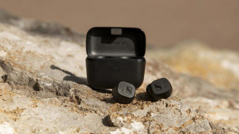 Sennheiser CX True Wireless -kuulokkeet ja latauskotelo mustana.