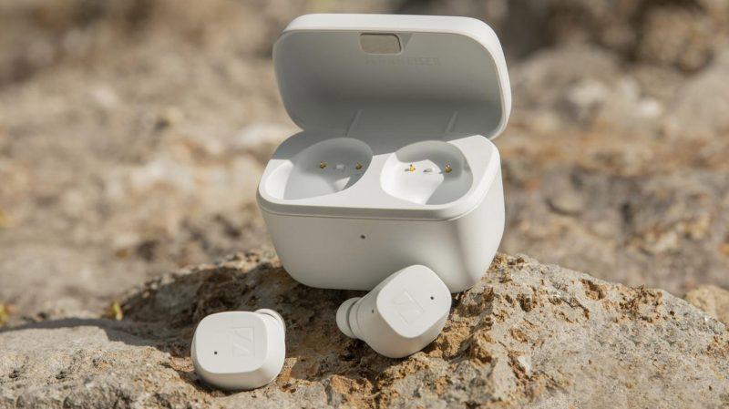 Sennheiser CX True Wireless -kuulokkeet ja latauskotelo valkoisena.