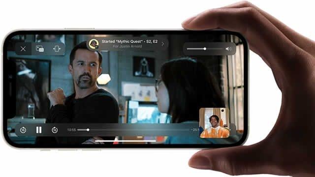SharePlay mahdollistaa esimerkiksi videokatselun yhdessä FaceTime-videopuhelun kautta. Videon toisto on synkronoitu osapuolten välillä.