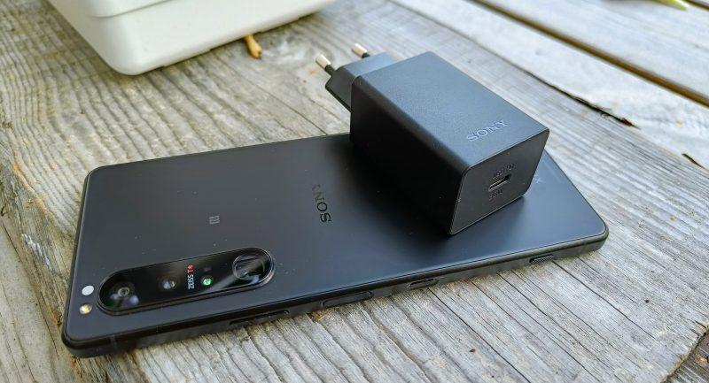 Sony Xperia 1 III latautuu verkkaisesti mukana toimitettavalla laturilla.