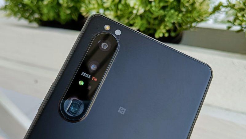 Sony Xperia 1 III:n kamerat ylhäältä alaspäin: ultralaajakulmakamera, pääkamera ja telekamera. Lisäksi mukana on 3D iTOF -nimeä kantava laseranturi kameroiden toimintaa ja tarkennusta tukemassa.