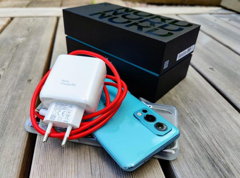 Myyntipakkauksessa on puhelimen lisäksi laadukas silikonisuoja ja 65 watin laturi kaapeleineen.