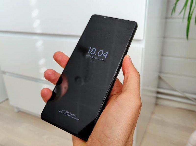 Vilkaisunäyttö aktivoituu, kun puhelimen nostaa. Näkymää voi myös mukauttaa.