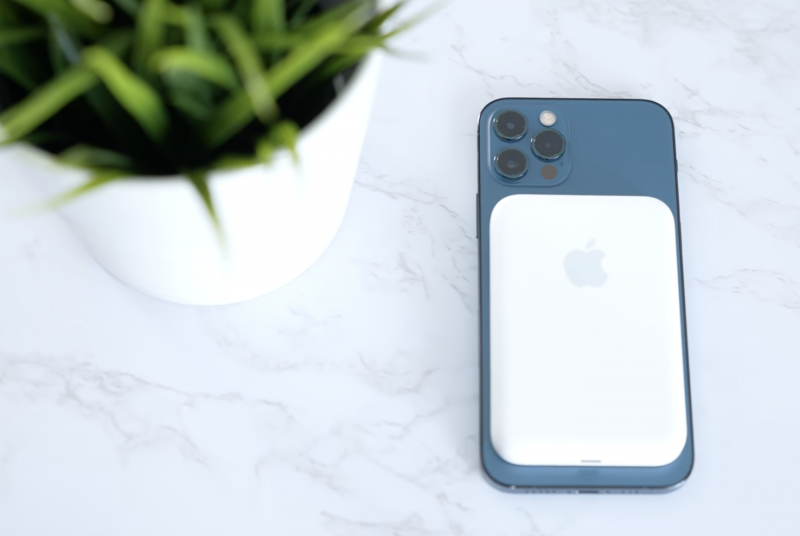 MagSafe-lisäakku iPhone 12 Pron kanssa.