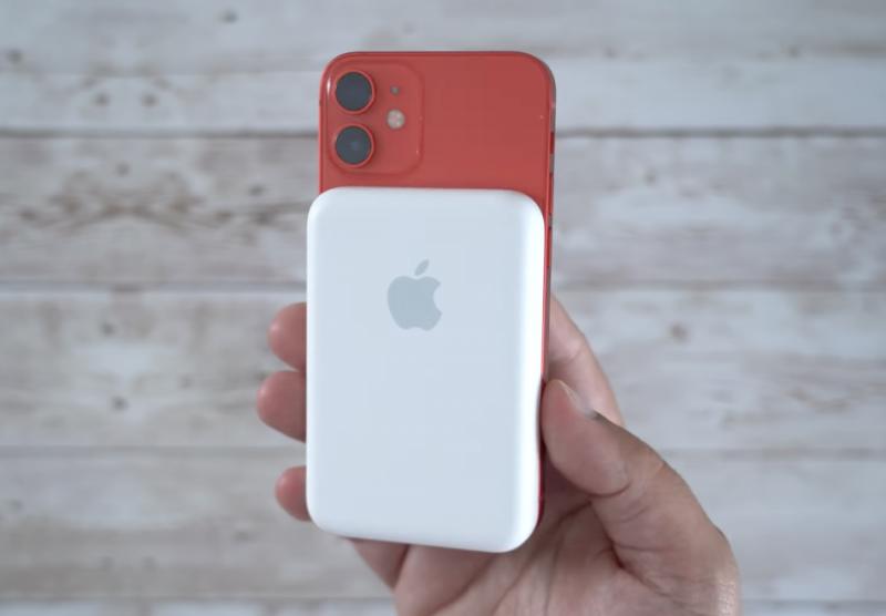 Pienemmässä iPhone 12 minissä MagSafe-lisäakku kattaa koko puhelimen leveyden.