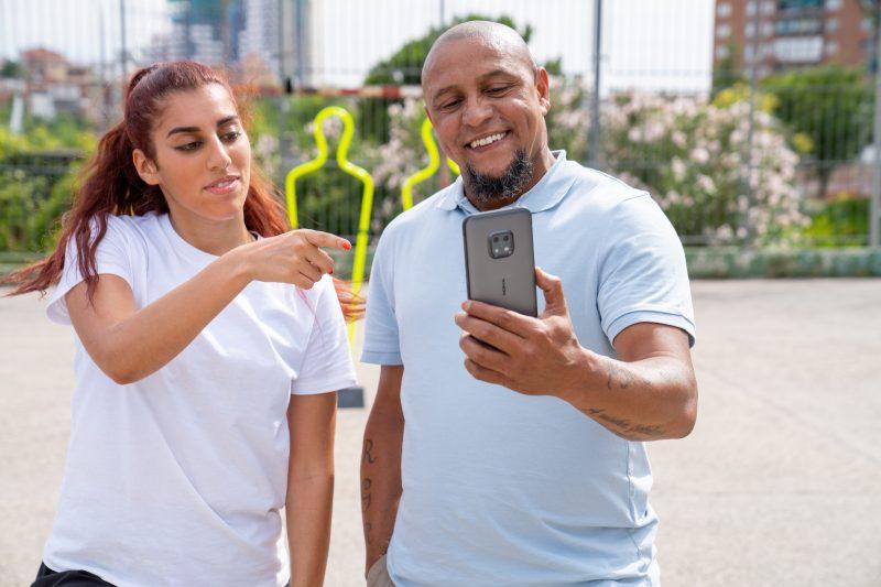 Nokia XR20:n markkinointikampanjassa nähdään Roberto Carlos ja Lisa Zimouche.