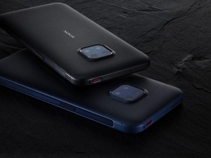 Nokia XR20:n takakamera-aluetta kiertää korotettu reunus. Kuvassa näkyy myös yläreunassa sijaitseva painike, jonka toiminto on käyttäjän valittavissa.