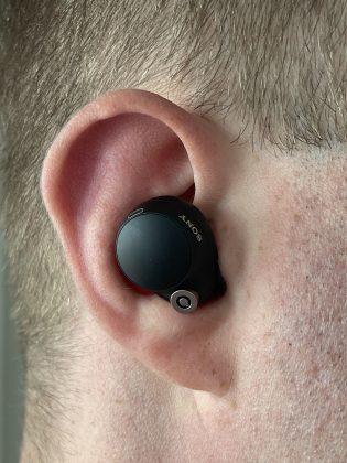 WF-1000XM4-kuulokkeet ovat melko kookkaat, mutta istuvat muuten mukavasti korviin.