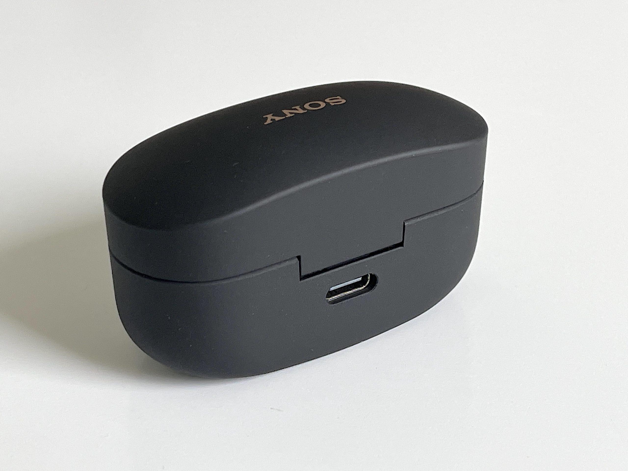 Latauskotelon voi ladata USB-C-liitännästä tai langattomasti (Qi).