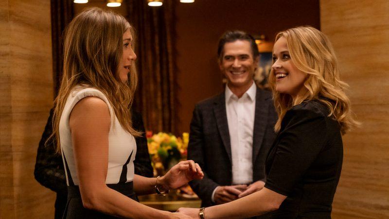 Reese Witherspoon (oikealla) näyttelee Apple TV+ -alkuperäissarja The Morning Show'ssa toisessa pääroolissa Jennifer Anistonin rinnalla.