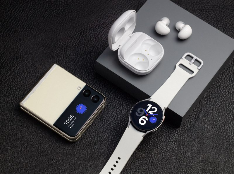 Kuvassa Samsung Galaxy Z Flip3 5G, Galaxy Buds2 ja Galaxy Watch4.