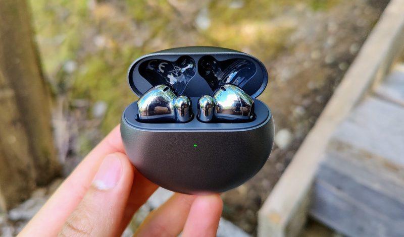 Huawei FreeBuds 4 -kuulokkeet latauskotelossaan. Edessä akun varauksesta kertova LED-valo.