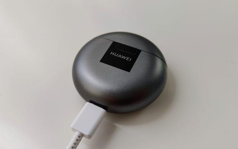 Huawei FreeBuds 4 -kuulokkeet latautuvat vain langallisesti.