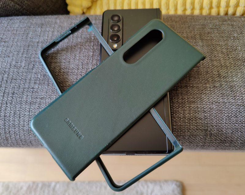 Samsungilta on saatavilla monenlaisia suojakuoria. Sellainen kannattanee hankkia.
