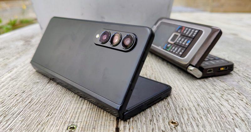 Samsung Galaxy Z Fold3 avautuu kirjan tavoin vanhojen Nokia-kommunikaattoreiden tyyliä mukaillen.