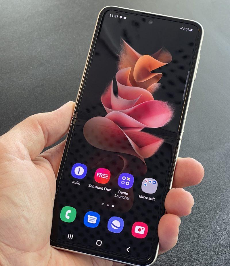 Galaxy Z Flip3 on auki taitettuna kuin mikä tahansa tavanomainen älypuhelin.