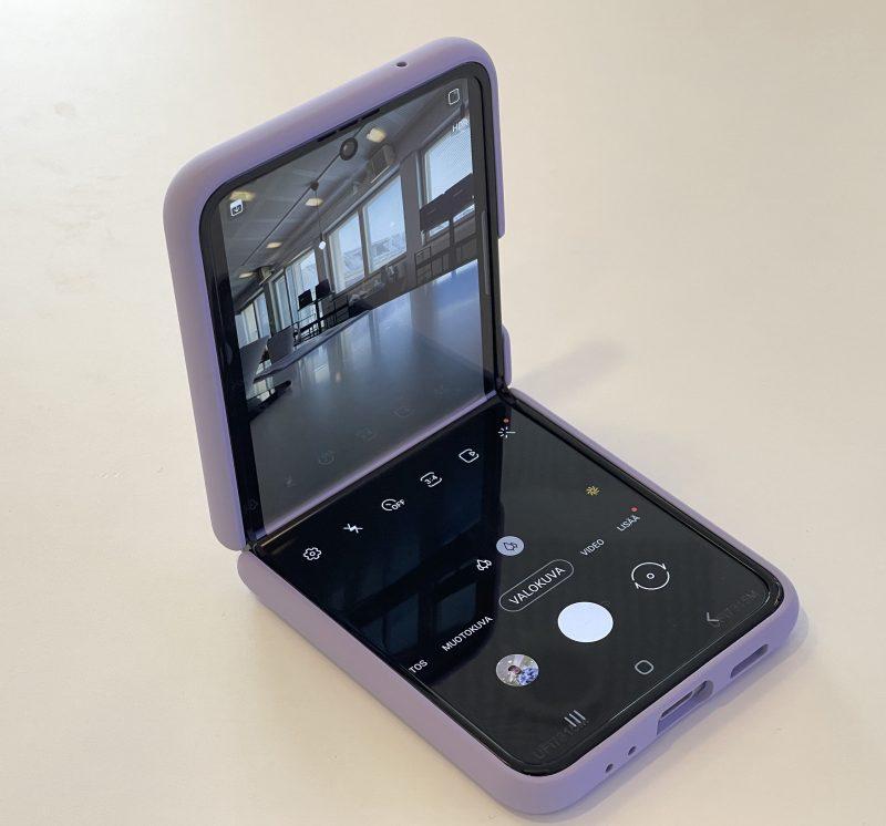 Galaxy Z Flip3:n saa asetettua kuvaamaan vaikkapa pöydälle.