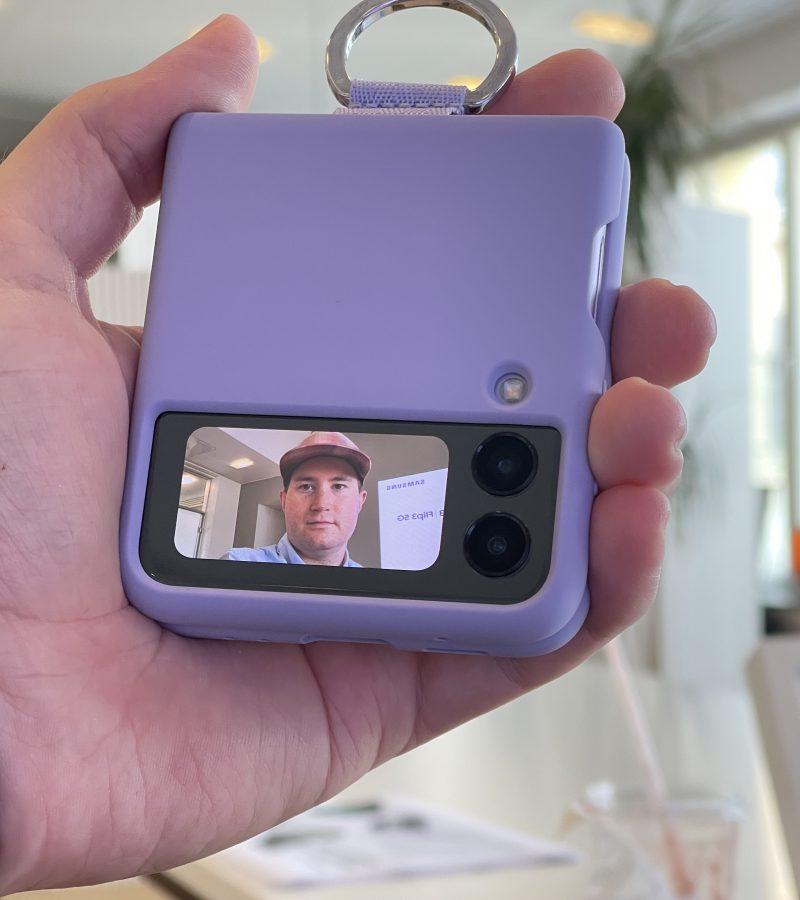 Galaxy Z Flip3:n kannen kameroilla voi kuvata selfieitä.