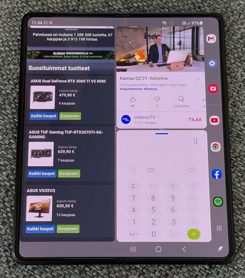 Kolme sovellusta (vasemmalla Chrome, oikealla YouTube ja laskin) avoinna Galaxy Z Fold3:ssa. Oikeassa reunassa näkyy uutena mahdollisuutena mukaan tullut sovelluspalkki.