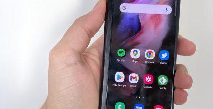 Galaxy Z Fold3 5G on kannestaan samanlainen kuin edeltäjänsä.