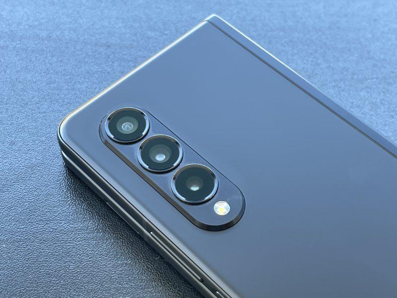 Galaxy Z Fold3:n takakamerat. Pääkameran lisäksi ultralaajakulmakamera ja 2x optisen zoomin telekamera, kaikki tarkkuudeltaan 12 megapikseliä.