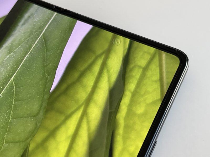 Näytönalaisen etukameran kohta erottuu vähemmän tarkkana näyttönä Galaxy Z Fold3:ssa.