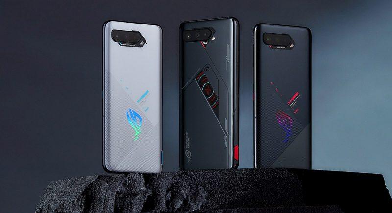 Keskellä ROG Phone 5s Pro, vasemmalla ja oikealla ROG Phone 5s eri väreissä.