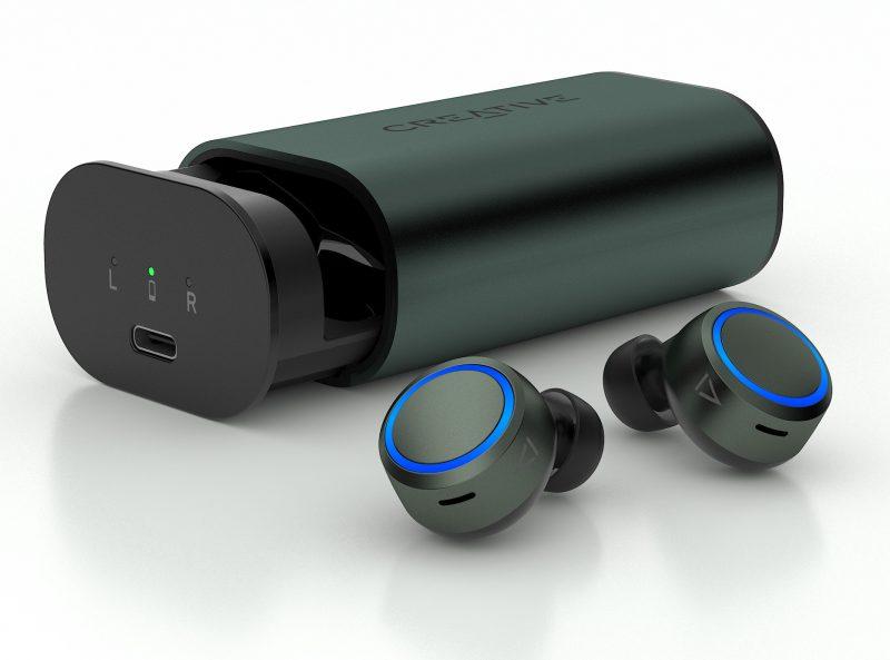 Creative Outlier Air V3 -kuulokkeet ja niiden latauskotelo.