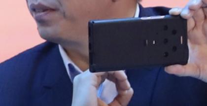 Suojakuoreen piilotettu Honor Magic3 -sarjan älypuhelin toimitusjohtaja George Zhaon kädessä.
