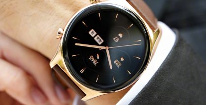 Honor Watch GS 3, kultainen värivaihtoehto ruskealla nahkarannekkeella.