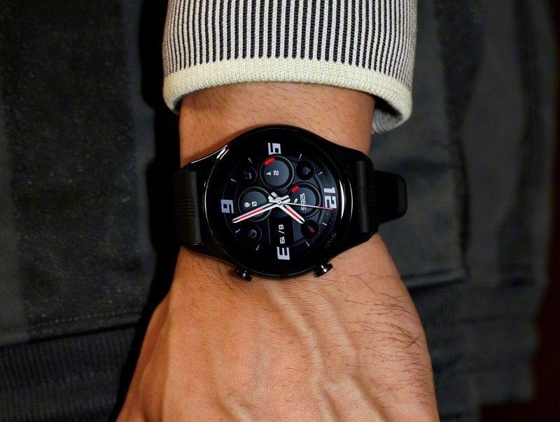 Honor Watch GS 3, musta värivaihtoehto mustalla urheilurannekkella.