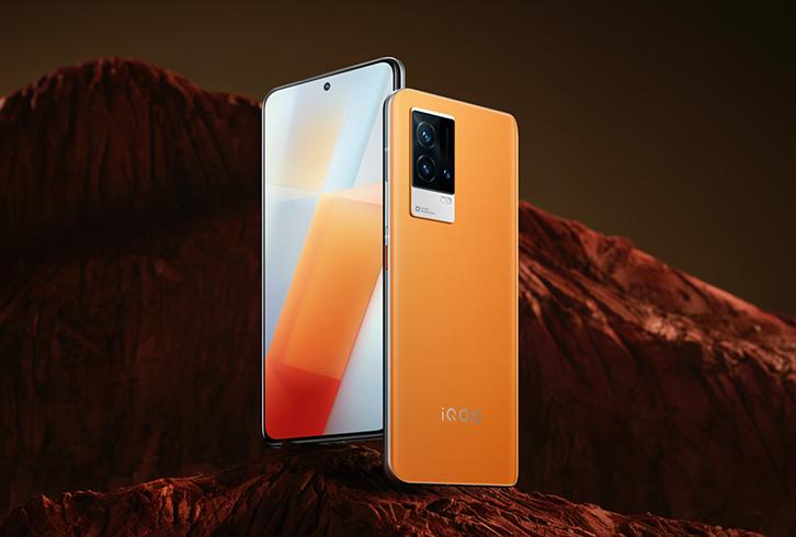 iQOO 8:n erikoisversio oranssiin väriltään vaihtuneena.