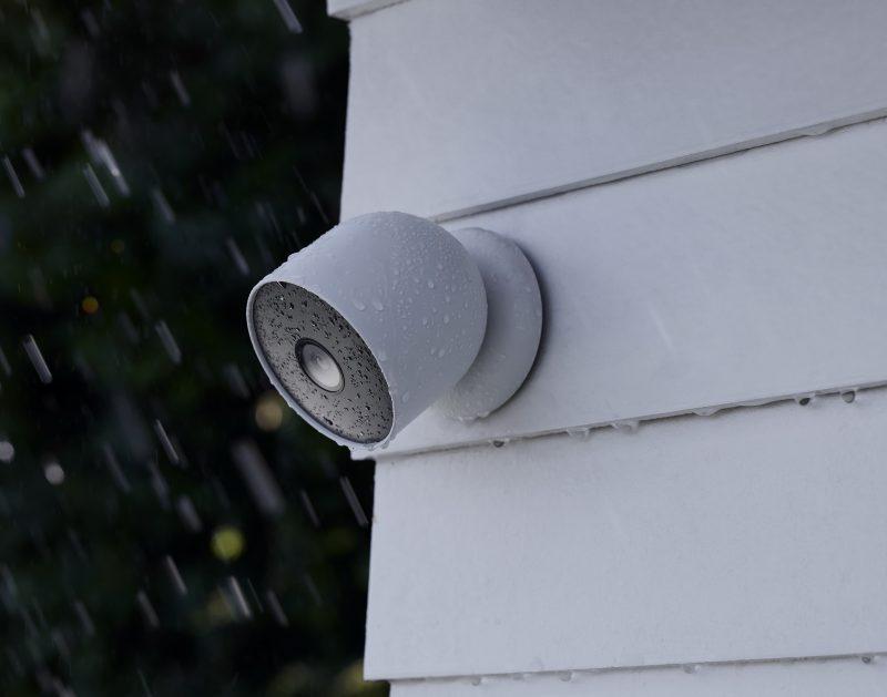 Akulla varustettu Nest Cam ulkokäyttöön. Laite kestää luonnollisesti myös tuulta, vettä ja lunta. Kamera kiinnittyy seinässä olevaan alustaansa magneettisesti. Erikseen tarjolla on myös tiukempi kiinnitysratkaisu varkaita vastaan.